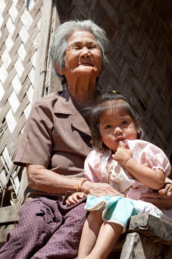 Abuela asiática con la nieta fotografía de archivo libre de regalías