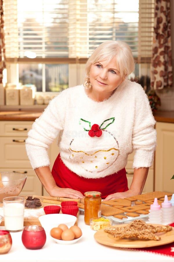 Abuela bonita en la cocina, tiempo de la Navidad imagen de archivo libre de regalías