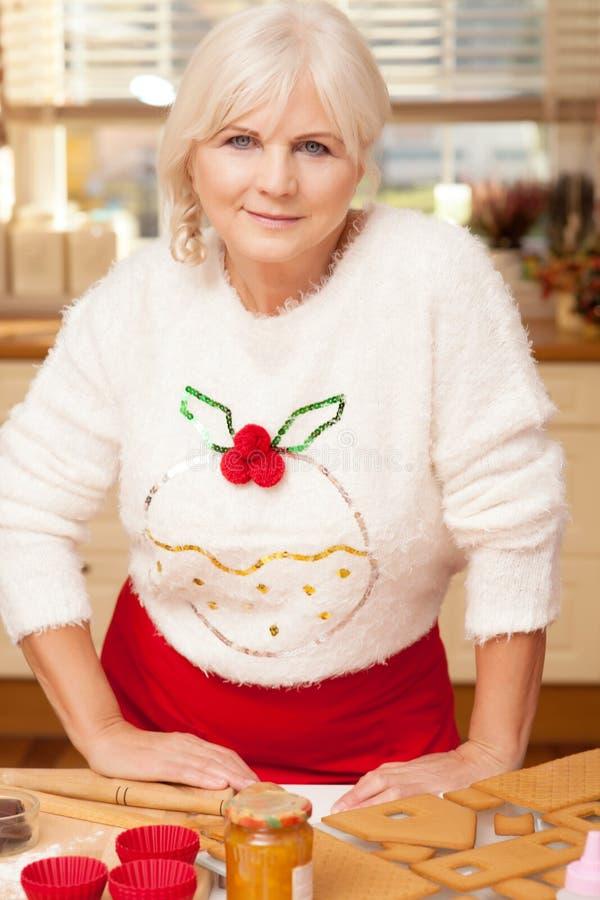 Abuela bonita en la cocina, tiempo de la Navidad imágenes de archivo libres de regalías