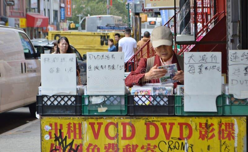 Abuela china que mira escena de la calle de Chinatown New York City del DVD imagenes de archivo