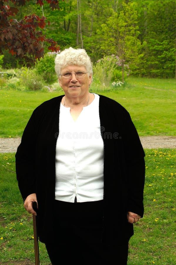 Abuela con el bastón imagen de archivo