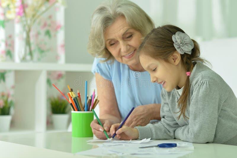 Abuela con el dibujo de la nieta fotografía de archivo libre de regalías