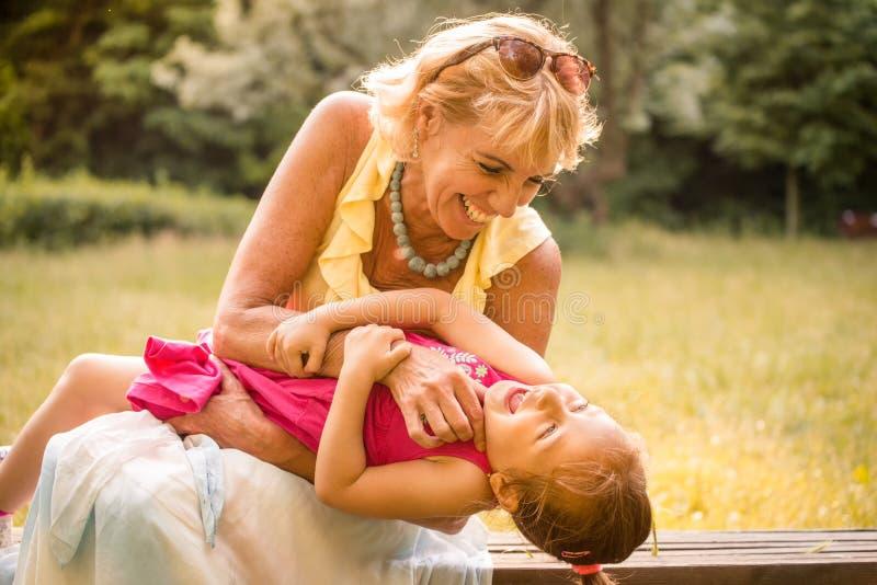 Abuela con el nieto que se divierte fotos de archivo