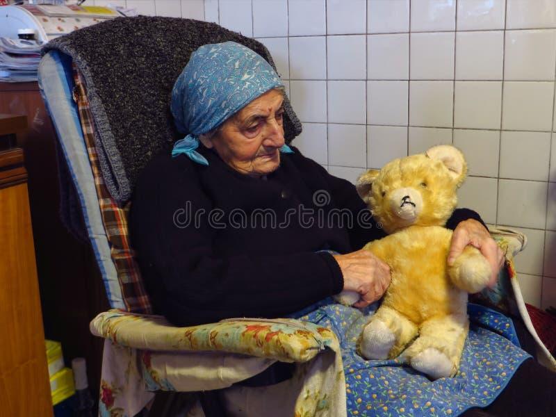 Abuela con el oso de peluche imagen de archivo libre de regalías