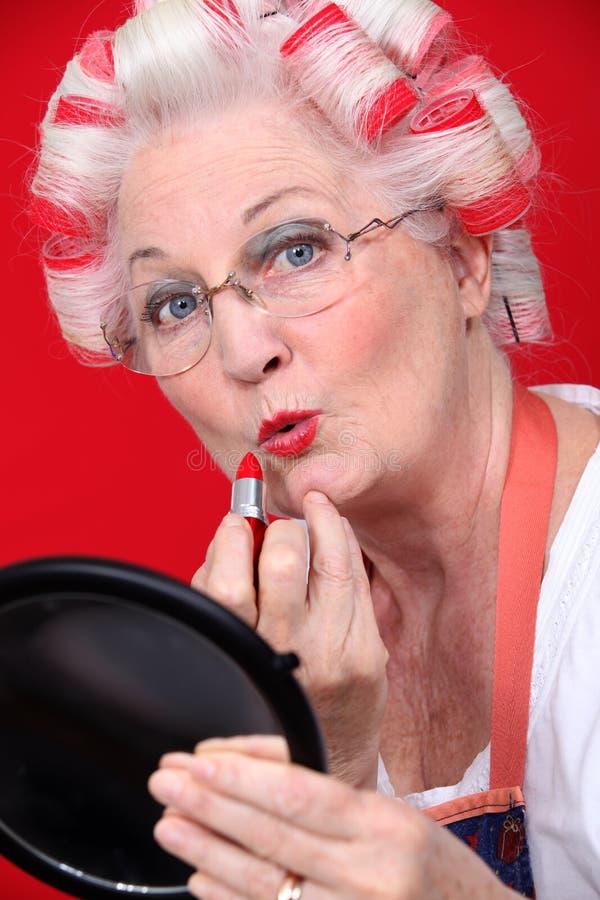 Abuela con el pelo en rodillos imágenes de archivo libres de regalías