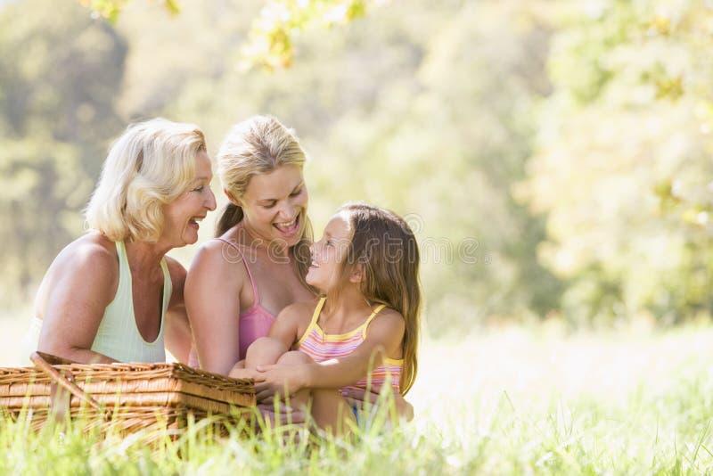 Abuela con la hija y el nieto adultos foto de archivo