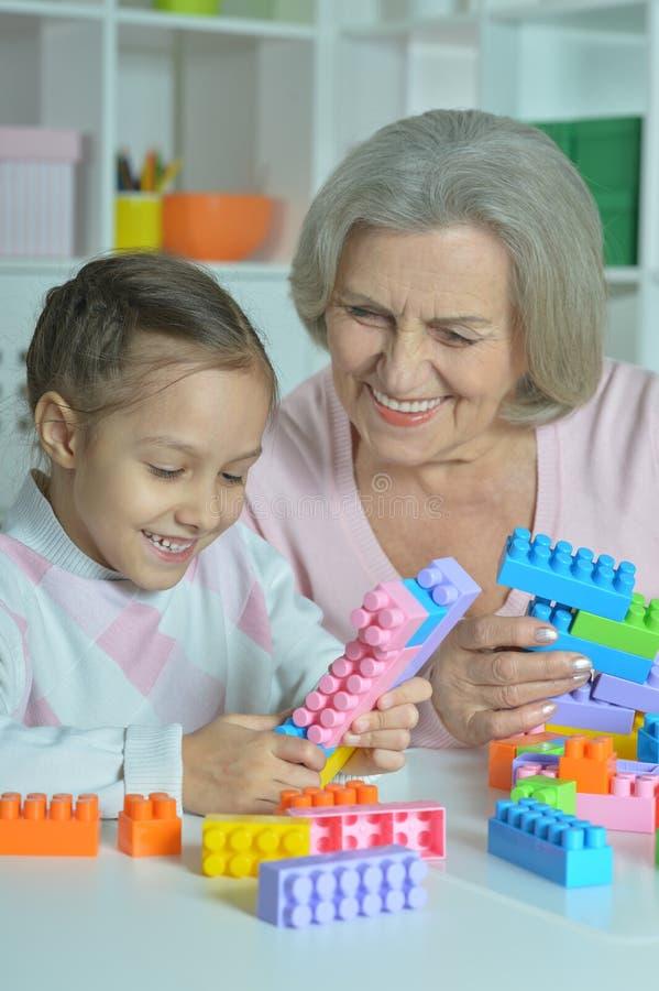 Abuela con la nieta que juega junto imágenes de archivo libres de regalías