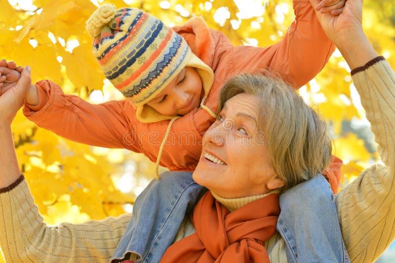 Abuela con su nieta foto de archivo