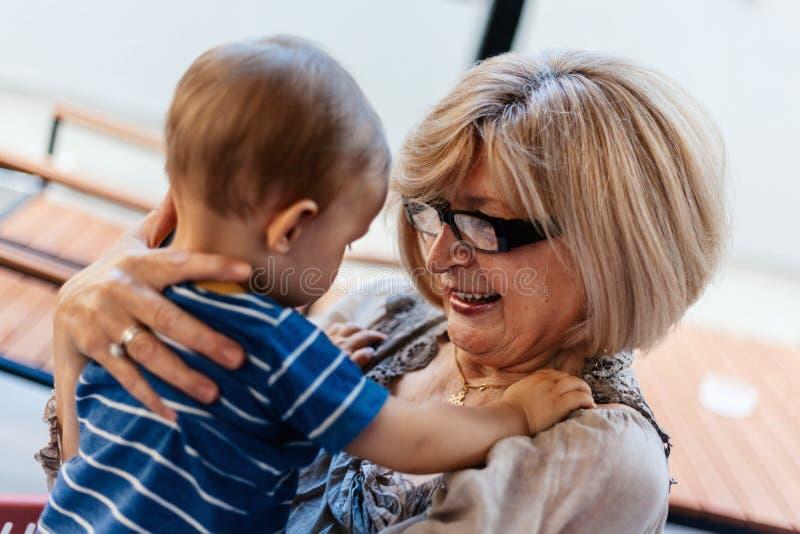 Abuela con su nieto fotos de archivo libres de regalías