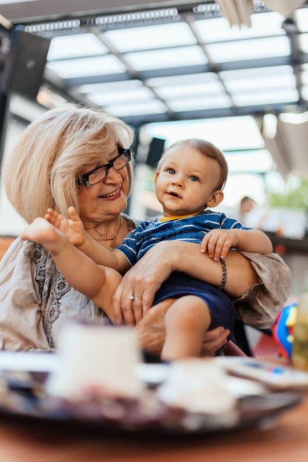 Abuela con su nieto imagenes de archivo