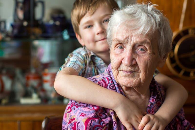 Abuela con un pequeño nieto del muchacho Amor foto de archivo