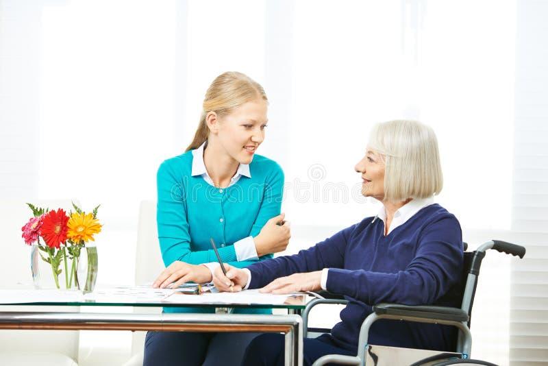 Abuela de ayuda de la nieta con los contratos imagen de archivo libre de regalías