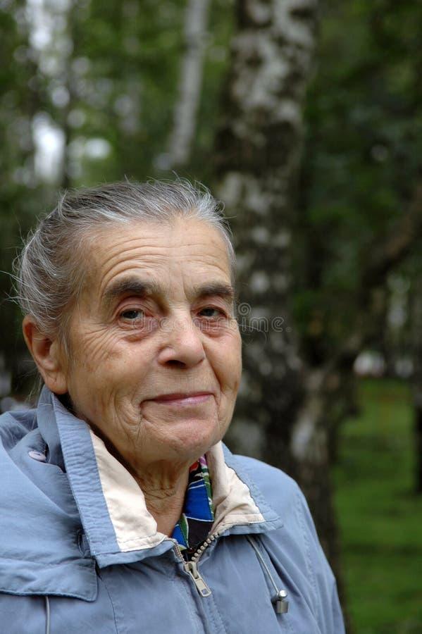 Abuela en el parque. fotos de archivo