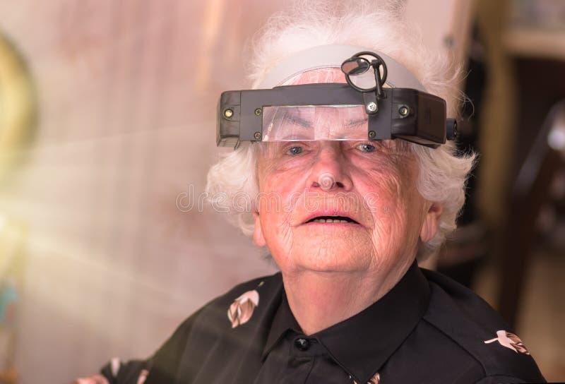 Abuela en los vidrios del ingeniero electrónico fotografía de archivo libre de regalías