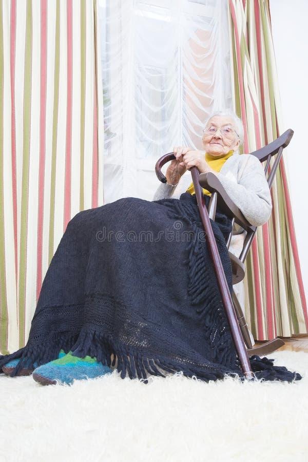 Abuela en una silla fotos de archivo