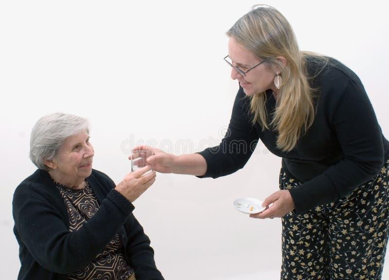 Abuela que consigue su medicación imagen de archivo