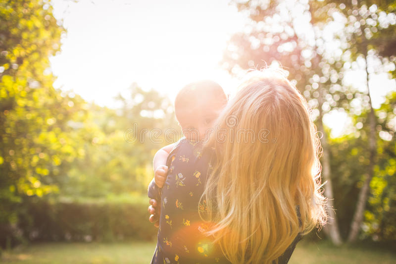 Abuela que detiene al nieto en un día soleado imágenes de archivo libres de regalías