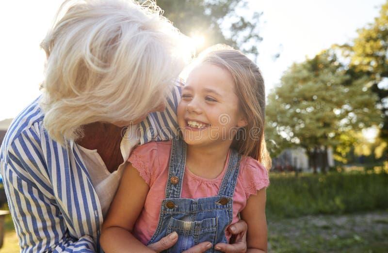 Abuela que juega al juego con la nieta en parque del verano imagenes de archivo