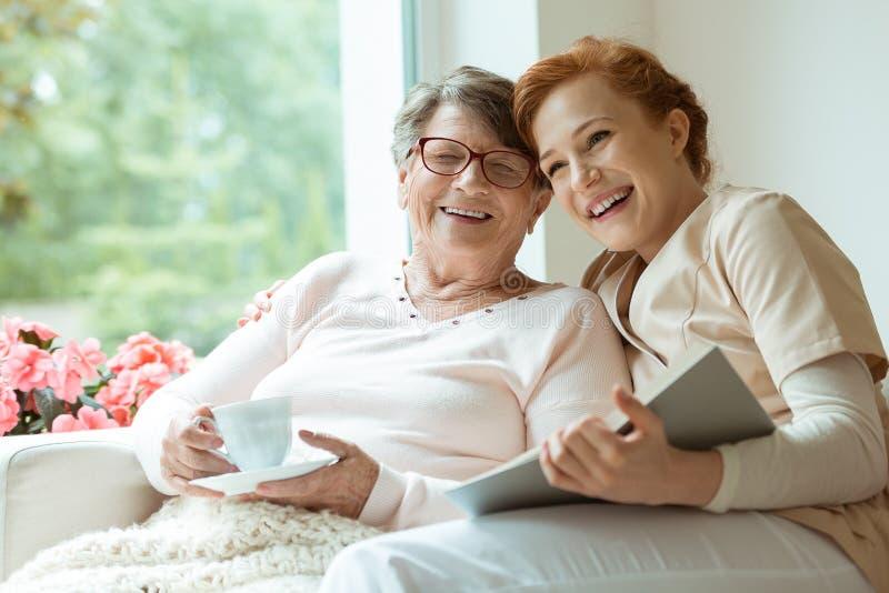 Abuela que ríe con su nieta imagen de archivo