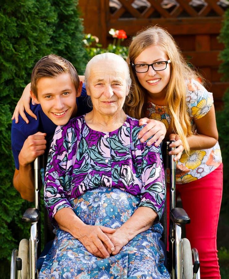 Abuela que visita imagenes de archivo