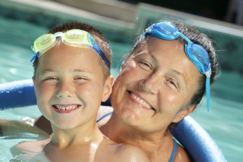 Abuela y niño en la piscina fotografía de archivo libre de regalías