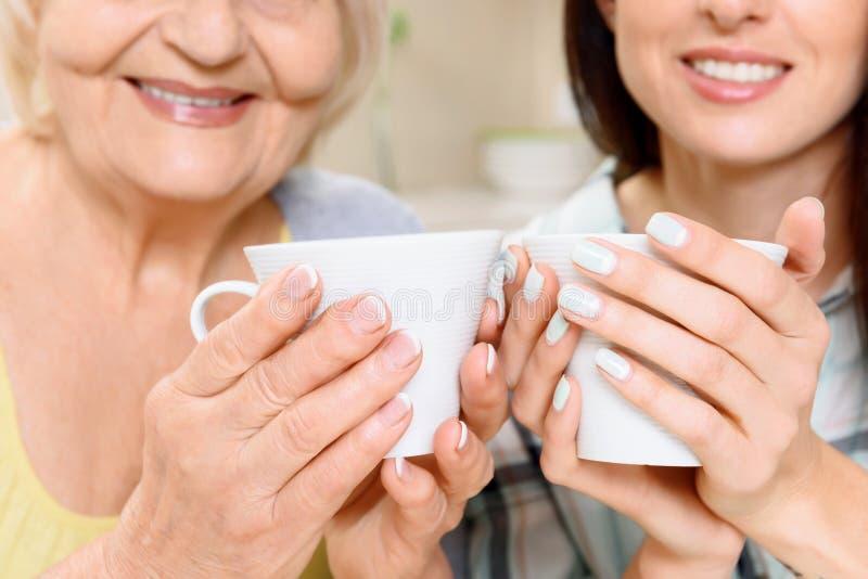 Abuela y nieta con las tazas fotografía de archivo libre de regalías