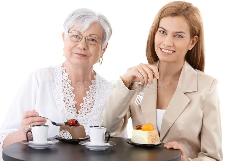 Abuela y nieta en la cafetería fotografía de archivo