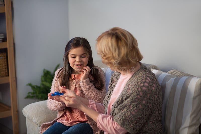 Abuela y nieta que juegan al hilandero fotos de archivo libres de regalías