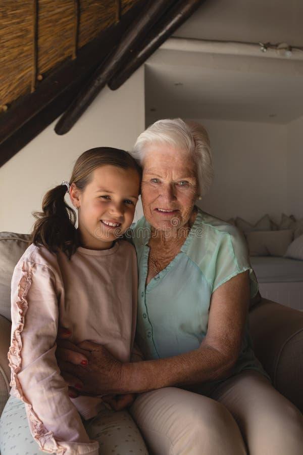 Abuela y nieta que se relajan junto imagen de archivo