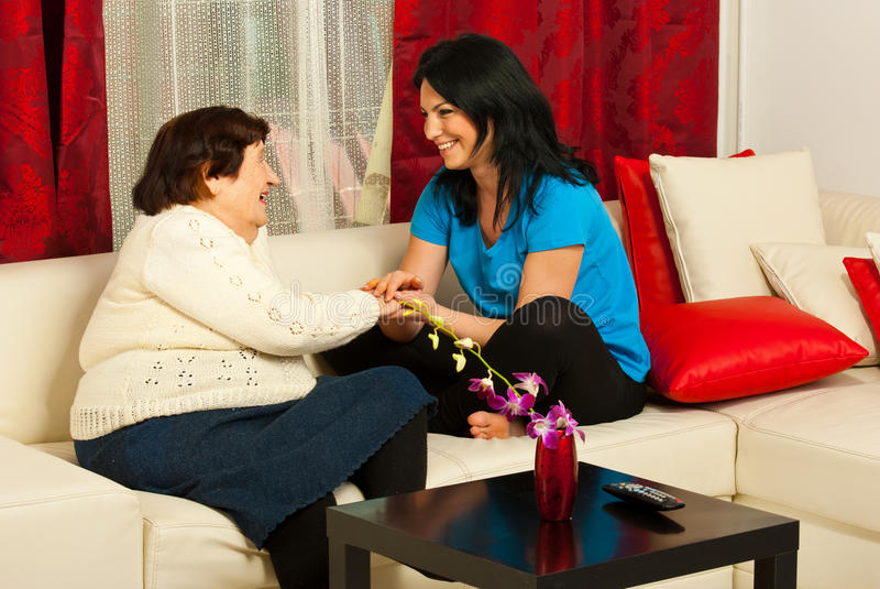 Abuela y nieta que tienen conversación imagen de archivo