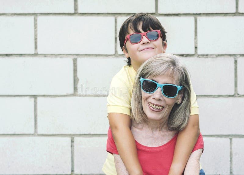 Abuela y nieto divertidos foto de archivo libre de regalías