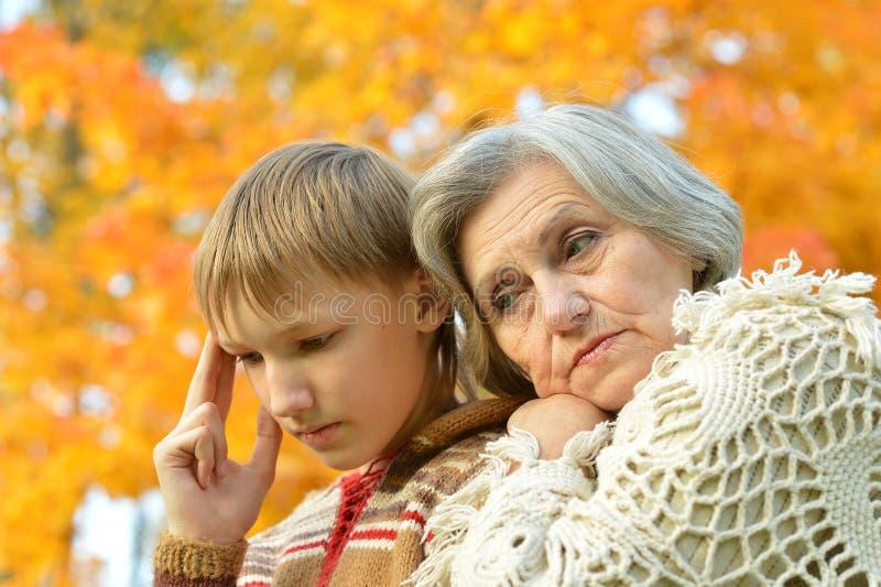 Abuela y nieto en parque foto de archivo libre de regalías