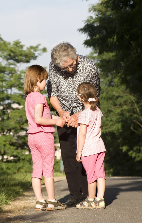 Abuela y nietos foto de archivo libre de regalías