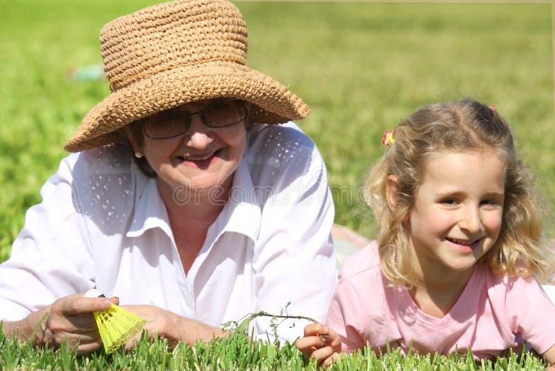 Abuela y su nieta fotos de archivo