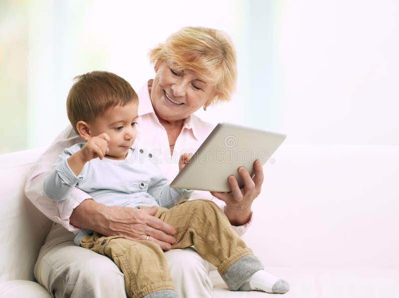 Abuela y su nieto imagen de archivo libre de regalías