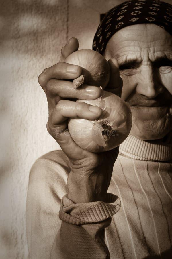 Abuelita con las cebollas imágenes de archivo libres de regalías