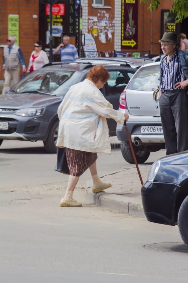 Abuelita con un palillo imagen de archivo