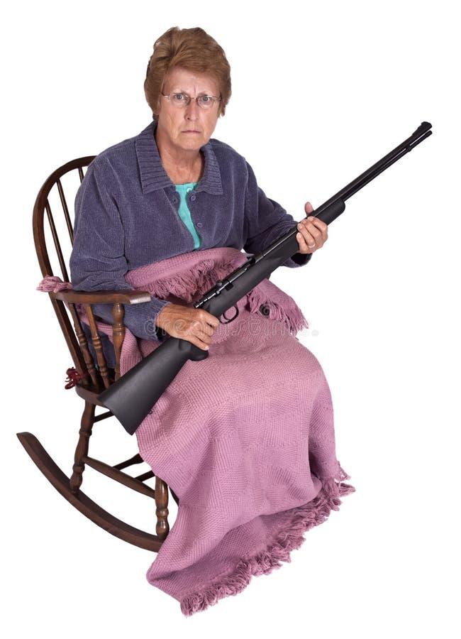 Abuelita divertida de la basura del parque de acoplado con humor del arma foto de archivo