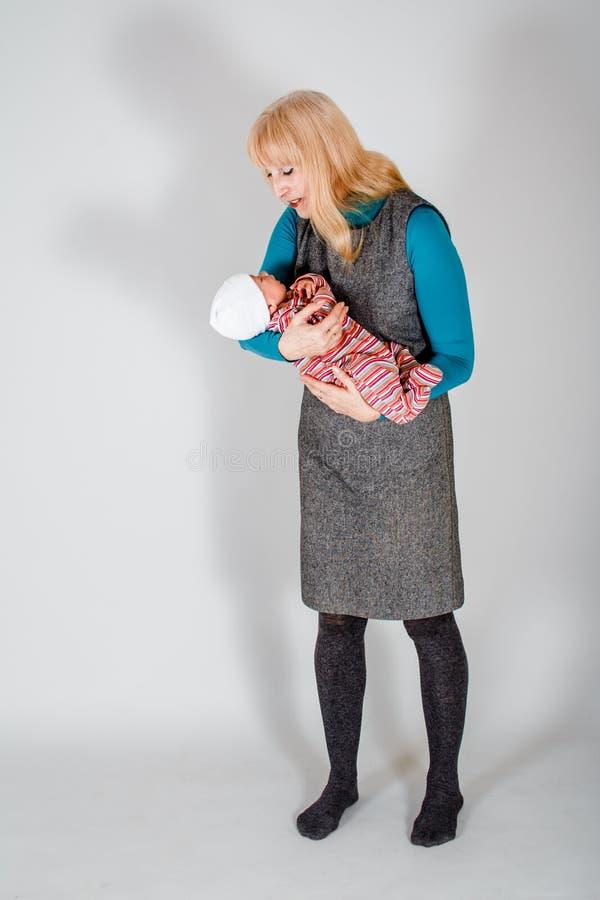 Abuelita que detiene a un beb? reci?n nacido foto de archivo libre de regalías