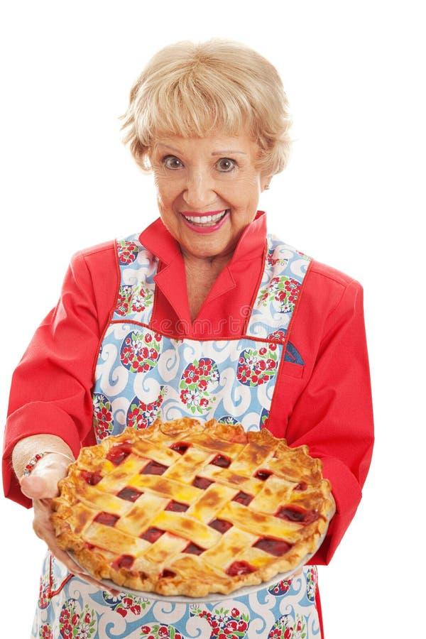 Abuelita retra con la empanada hecha en casa foto de archivo