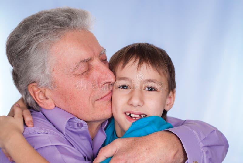 Abuelo con el cabrito fotografía de archivo