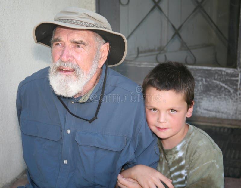Abuelo con el nieto en el pórtico imagenes de archivo