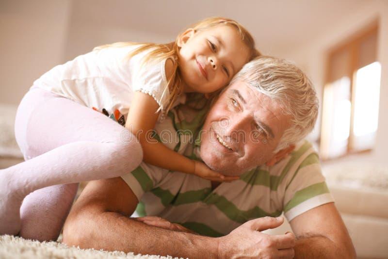 Abuelo con su nieta fotos de archivo libres de regalías