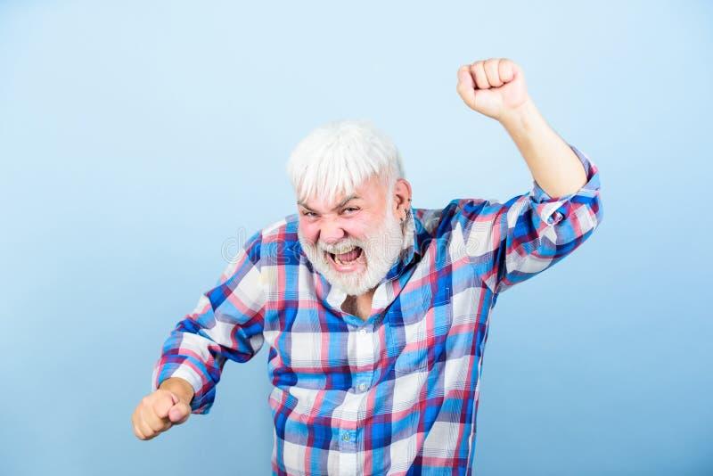 Abuelo en el retiro hombre barbudo maduro en la peluca blanca Concepto de Hairloss hombre mayor con la barba gris Cuidado m?dico imagen de archivo libre de regalías