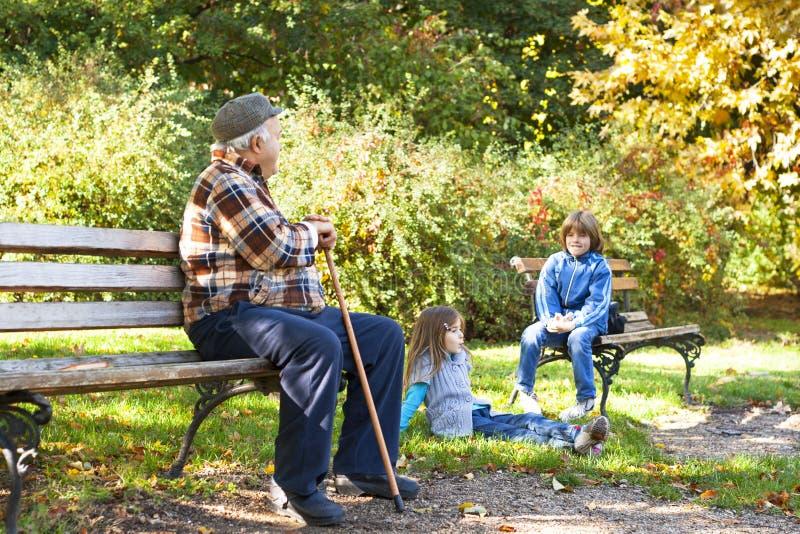 Abuelo feliz con los nietos