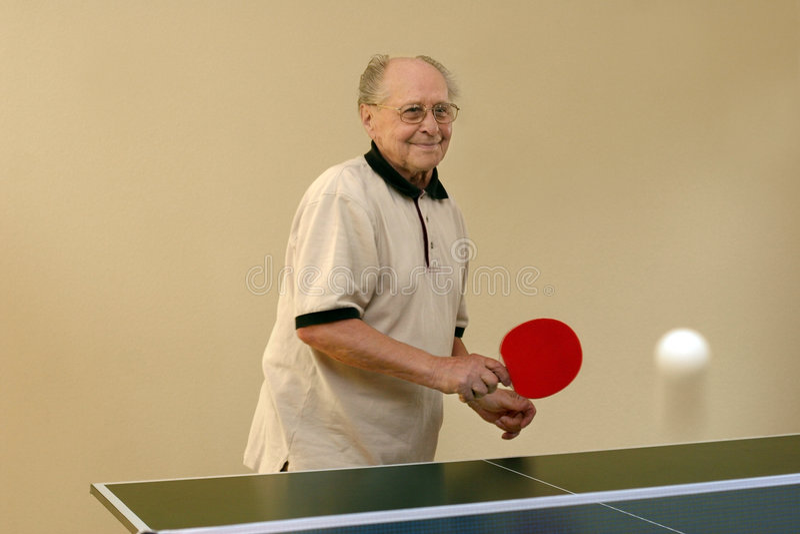 Abuelo que juega a ping-pong imagenes de archivo