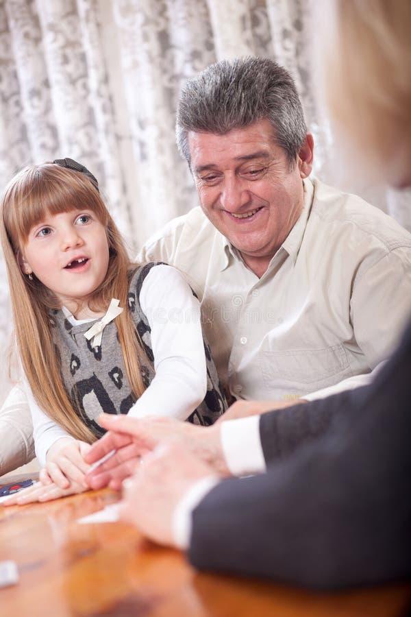 Abuelo sonriente con jugar de la abuela y de la nieta fotos de archivo libres de regalías