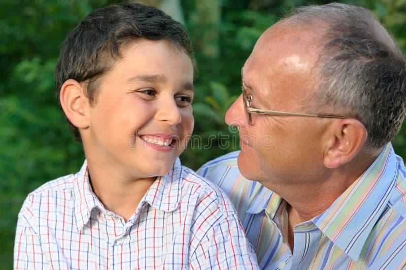 Abuelo y cabrito felices imágenes de archivo libres de regalías