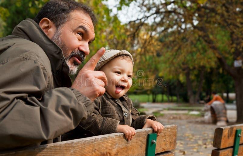 Abuelo y niño fotografía de archivo libre de regalías