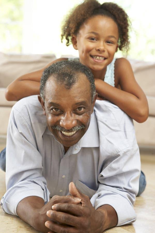 Abuelo y nieta en el país foto de archivo